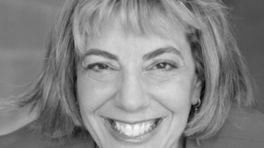 headshot of Jennifer Laszlo Mizrahi smiling and facing the camera grayscale photo