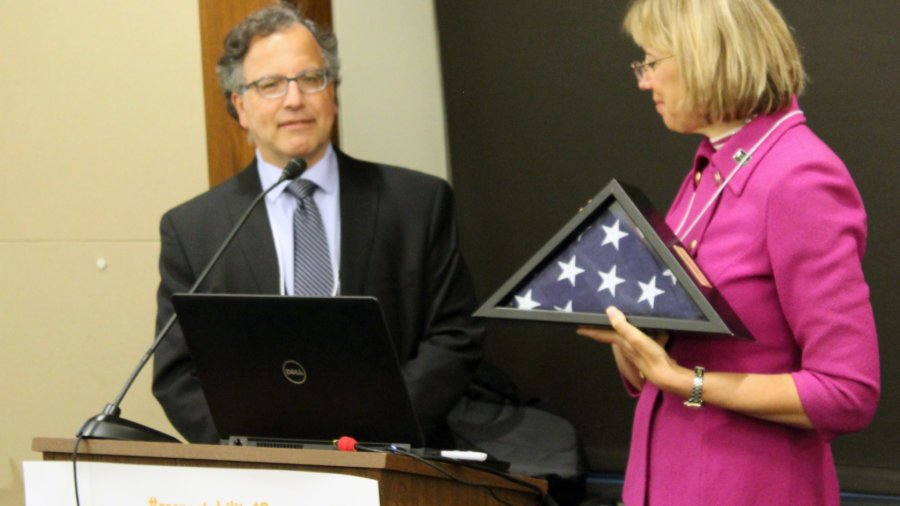 Jennifer Laszlo Mizrahi presents Joe Shapiro with a flag flown at the US Capitol